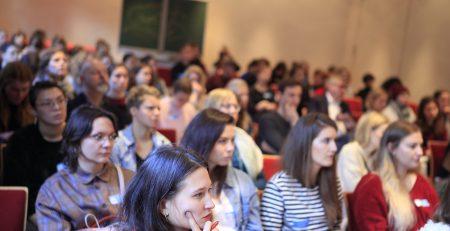 Publikum bei einer Diskussion im Plenum